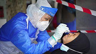 دراسات طبية متواصلة للكشف عن آثار فيروس كورونا على الإنسان