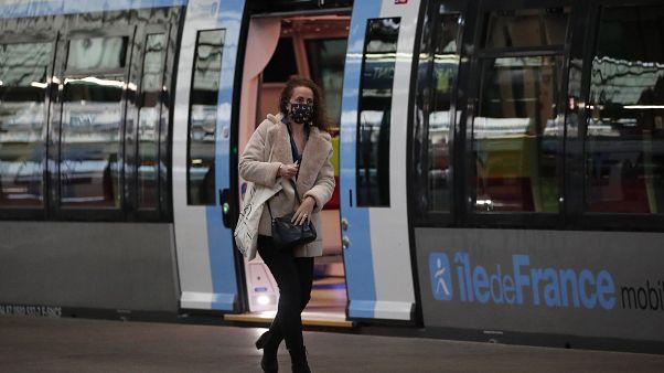 قطار سريع في محطة سانت لازار، باريس فرنسا.