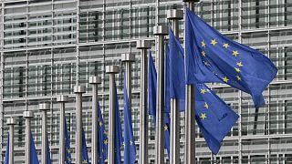 اهتزاز پرچم اتحادیه اروپا مقابل ساختمان کمیسیون اروپا در بروکسل