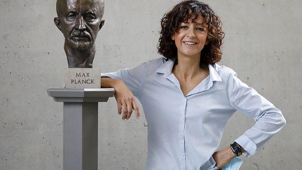 Emmanuelle Charpentier neben Büste von Max Planck