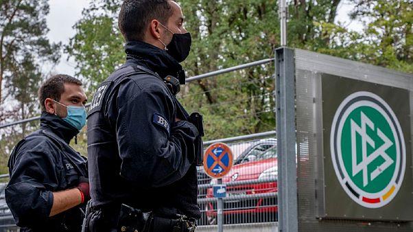 الشرطة الألمانية تفتش مقر الاتحاد الألماني لكرة القدم في فرانكفورت.