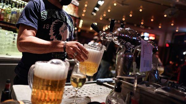 Sirven cervezas en un bar de Bruselas, antes del cierre ordenado por las autoridades