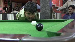 محمد إكرام يتحدي الإعاقة في لعب البيلياردو