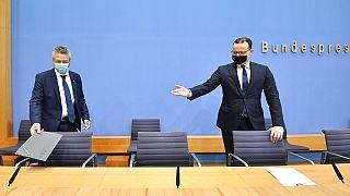 El ministro de Sanidad alemán Jens Spahn (dcha) y el presidente del Instituto Robert Koch Lothar Wieler (izda) antes de la rueda de prensa