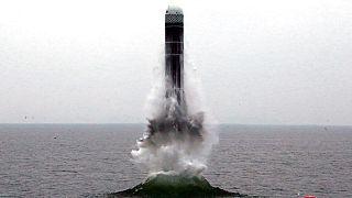 صاروخ يطلق من تحت الماء قبالة  مدينة وونسان الساحلية الشرقية لكوريا الشمالية
