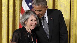 Поэтесса Луиза Глюк с экс-президентом США Бараком Обамой в 2016 году.