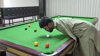 Muhammad Ikram não tem braços mas é craque no snooker