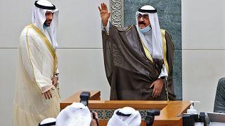 ولي العهد الكويتي الجديد الشيخ مشعل الأحمد الجابر الصباح أمام رئيس مجلس النواب مرزوق الغانم أثناء أدائه اليمين في البرلمان
