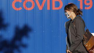 Frau vor einer Covid-Teststation in Prag.