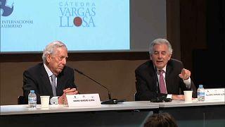 Mario Vargas Llosa y su hijo Álvaro Vargas Llosa charlan durante el homenaje celebrado en el Instituto Cervantes de Madrid