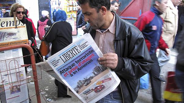 رجل يطالع صحيفة ليبرتي الجزائرية- صورة توضيحية