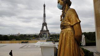نمایی از برج ایفل پاریس در روزهای کرونایی