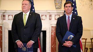 وزير الخارجية مايك بومبيو (يسار) ووزير الدفاع مارك إسبر يحضران مؤتمرا صحفيا للإعلان عن إعادة إدارة ترامب للعقوبات على إيران
