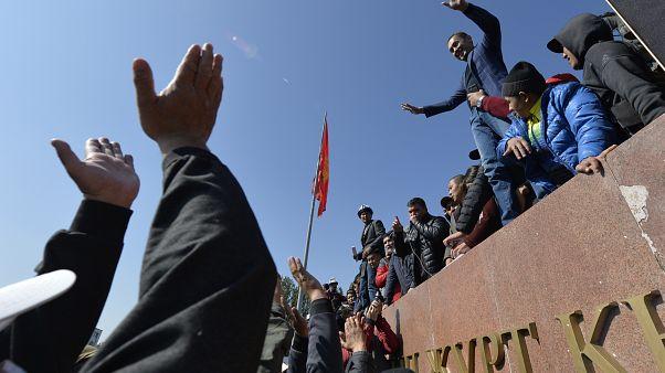 Протесты в Бишкеке привели к тяжелому политическому кризису в Киргизии