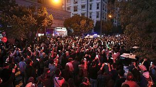 تجمع دوستداران شجریان در برابر بیمارستان جم