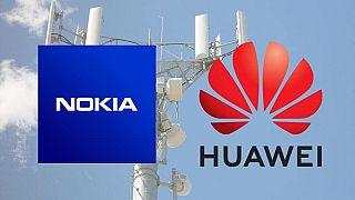 Baz istasyonu önünde Nokia ve Huawei logoları