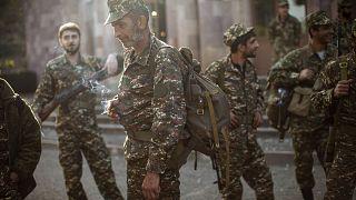 Dağlık Karabağ'da orduya katılmak için bekleyen gönüllü Ermeni askerler.