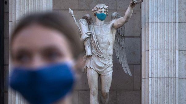 Во многих странах говорят о второй волне коронавируса, а люди ведут себя беззаботнее, чем весной