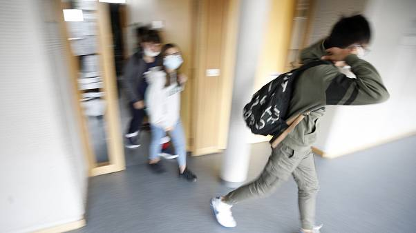 طلاب يغادرون مدرستهم في بيشهايم، خارج ستراسبورغ، شرق فرنسا.