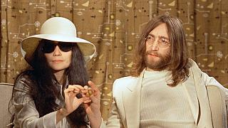 Yoko Ono e John Lennon numa conferência de imprensa em 1969