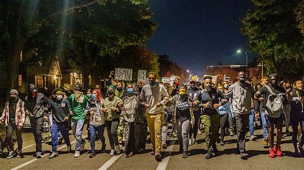 Derek Chauvin elengedése ellen tiltakoztak