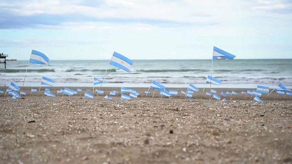 أعلام على شاطئ في الأرجنتين