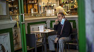 Un cliente de un bar del centro de Madrid este viernes 9 de octubre