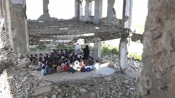 ویدئو؛ کودکان یمنی در میان ویرانههای جنگ سال تحصیلی را آغاز کردند