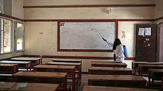 تطهير فصل دراسي كإجراء وقائي ضد انتشار فيروس كورونا في مدرسة حكومية في صنعاء، السبت 29 أغسطس 2020