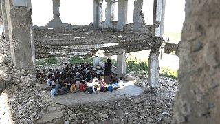 أطفال اليمن يبدؤون الفصل الدراسي بين أنقاض المدارس ودمار الحرب