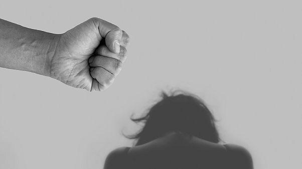 صورة تجسد العنف ضد النساء