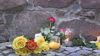 Blumen vor der Synagogue in Halle/Saale