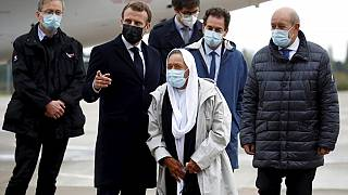 الرئيس الفرنسي خلال استقباله للرهينة المحررة صوفي بتروتين