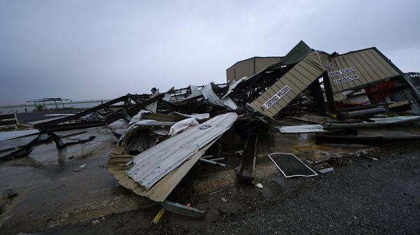 خلف الإعصار أضراراً واسعة