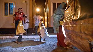أفراد عائلة نيجيرية أثناء ترحيلهم من الجزائر إلى بلادهم