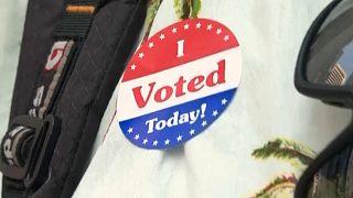 """Un votante muestra su pegatina que reza """"He votado hoy"""""""