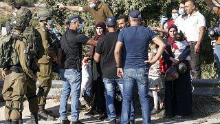 جنود وعناصر شرطة إسرائيليون يمنعون فلسطينيين من المضي في طريقهم في الضفة الغربية