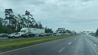 Largas colas en la autopista I-10 de Louisiana en dirección salida