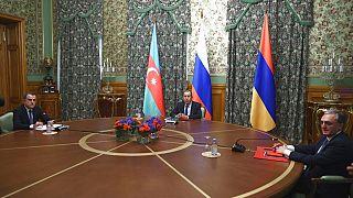Les chefs de la diplomatie de la Russie (centre), de l'Arménie (droite) et de l'Azerbaïdjian (gauche), ce vendredi 09/10/2020, à Moscou (Russie)