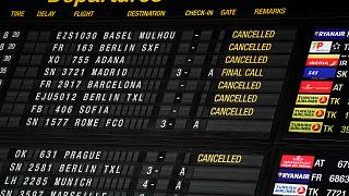 لوحة توضح توقيت الرحلات بمطار بروكسل
