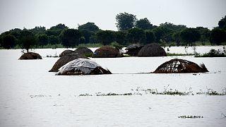Inundações deixam milhares de pessoas sem casa