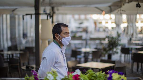 Un serveur portant un masque,Madrid, en Espagne, le vendredi 9 octobre 2020