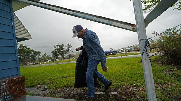 Un homme transporte des biens avant l'arrivée de l'ouragan Delta, Lake Charles, Lousiane, États-Unis, le 9 octobre 2020