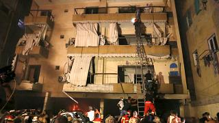 La gente es evacuada por los bomberos después de que un tanque de gas explotara en una panadería en Beirut, Líbano, el 9 de octubre de 2020.