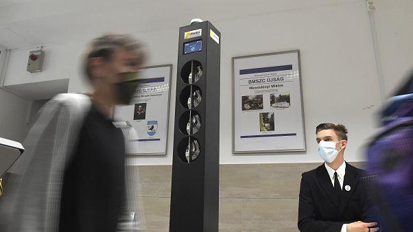 Diák halad el a Budapesti Műszaki Szakképzési Centrumban felállított digitális testhőmérő kapu mellett 2020. október 1-jén.
