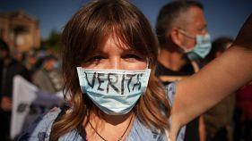 """إيطالية تلبس كمامة كتب عليها """"الحقيقة"""" في تظاهرة ضدّ إجراءات كوفيد-19"""