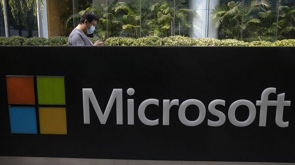 أمام مكاتب شركة مايكروسوفت الأميركية في بكين