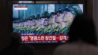 Riesenbildschirm zeigt Militärparade