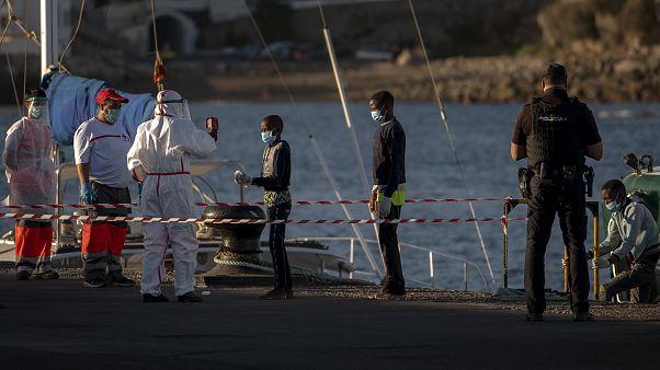 Jóvenes migrantes a su llegada al puerto de Arguineguín en Gran Canaria, España, 21/8/2020