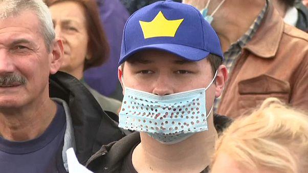 Un joven polaco participa en una manifestación antimascarillas en Varsovia